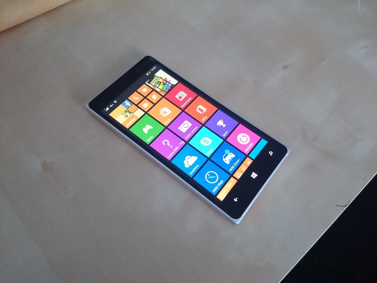 Nokia Lumia 830 Hands-On Front