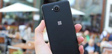 Microsoft Lumia 650 Review Test Rückseite schwarz Hand