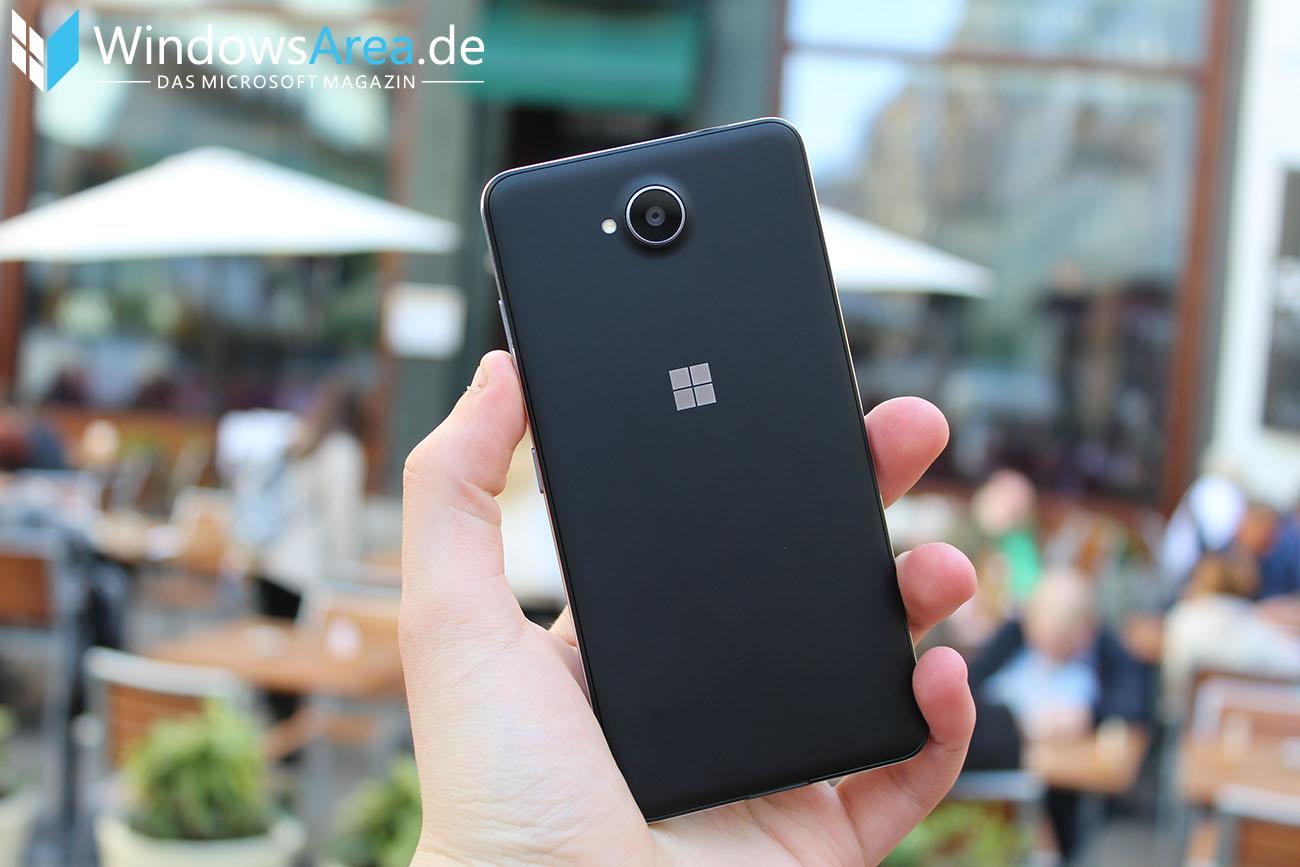 Microsoft Lumia 950 im Test Rückseite Hand