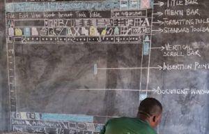 Lehrer aus Ghana lehrt Microsoft Word mit Kreide auf der Tafel