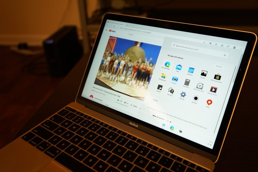 Dieses Bild zeigt Windows 10 X auf einem MacBook.