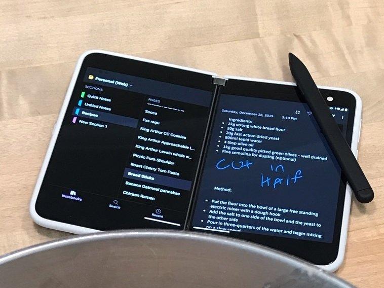 Dieses Bild zeigt das Surface Duo, wie es nicht in Deutschland erscheinen wird.