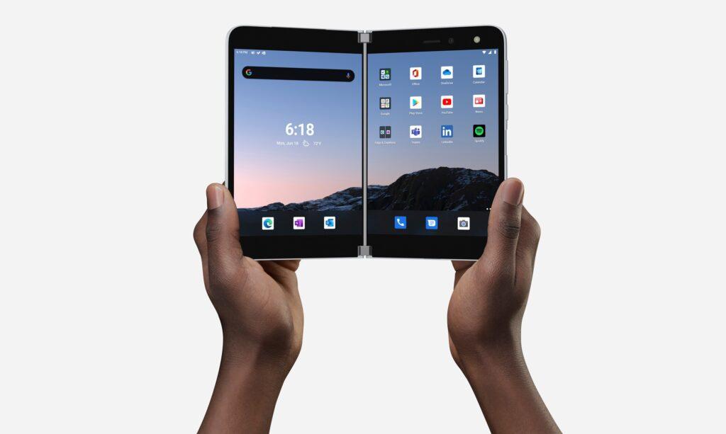 Surface Duo im aufgeklappten Zustand in der Hand