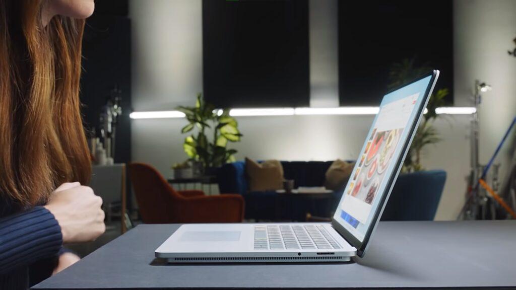 Das Surface Laptop Studio auf einem Tisch von der Seite, im ganz normalen Laptop Modus.