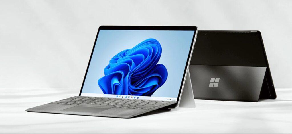 Microsoft Surface Pro 8 in Silber und in Schwarz mit Type Cover